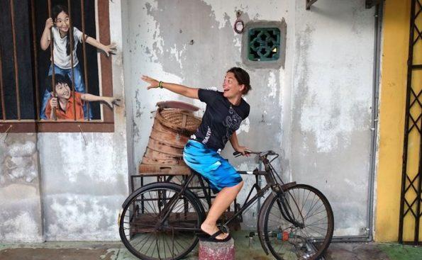 Katharina Mauder auf einem Fahrrad hat Spaß mit Kindern, Street Art, Malaysia, Kunst, Phantasie